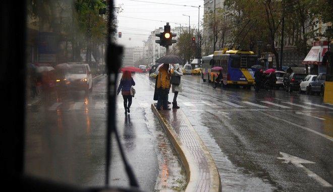 Πεζοί που διασχίζουν διάβαση όπως διακρίνονται πίσω από το παρμπρίζ λεωφορείου, στην Αθήνα την Παρασκευή 27 Δεκεμβρίου 2013. (EUROKINISSI/ΓΙΩΡΓΟΣ ΚΟΝΤΑΡΙΝΗΣ)