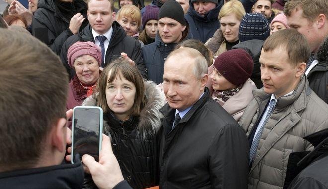 Ο Ρώσος Πρόεδρος Βλαντιμίρ Πούτιν,  με μέλη του κοινού στην Αγία Πετρούπολη