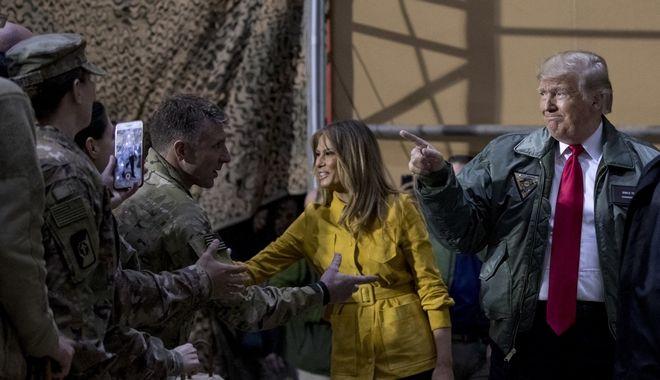 Ο πρόεδρος Τραμπ και η Μελάνια στο Ιράκ, επισκέπτονται αμερικανικά στρατεύματα