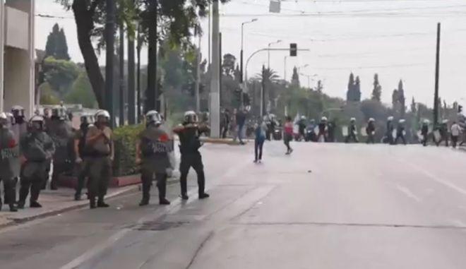 """Αστυνομικός των ΜΑΤ προκαλεί με χειρονομίες τους φοιτητές - """"Ελάτε κότες"""""""