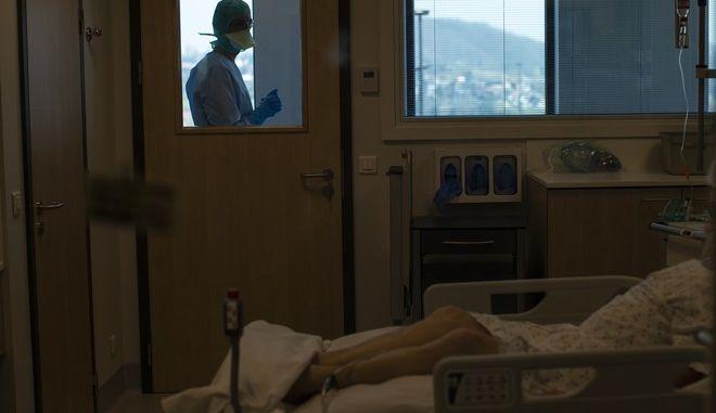 Ασθενής με κορονοϊό στην εντατική