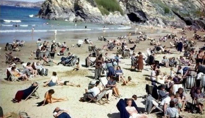 Εσείς βλέπετε τον άντρα με το κινητό στην παραλία;