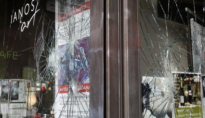 Σπασμένη η βιτρίνα του βιβλιοπολειου Ιανος από αγνώστους, κατα τη διάρκεια της απεργιακής πορείας στο κέντρο της Αθήνας, Πέμπτη 8 Δεκεμβρίου 2016. (EUROKINISSI/ΣΤΕΛΙΟΣ ΜΙΣΙΝΑΣ)