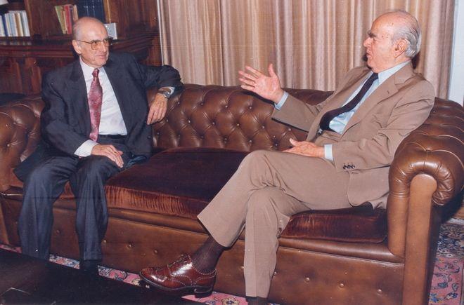 Ο Κωνσταντίνος Καραμανλής κατά τη δεύτερη του θητεία ως Πρόεδρος της Δημοκρατίας υποδέχεται στο Προεδρικό Μέγαρο το 1991 τον Ανδρέα Παπανδρέου. Η πρώτη τους συνάντηση μετά την απόφαση του ιδρυτή του ΠΑΣΟΚ να μην προτείνει ξανά τον Καραμανλή για Πρόεδρο της Δημοκρατίας το 1985