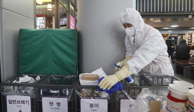 Μέτρα προστασίας από τον κοροναϊό από εργαζόμενο στη Σεούλ της Νότιας Κορέας