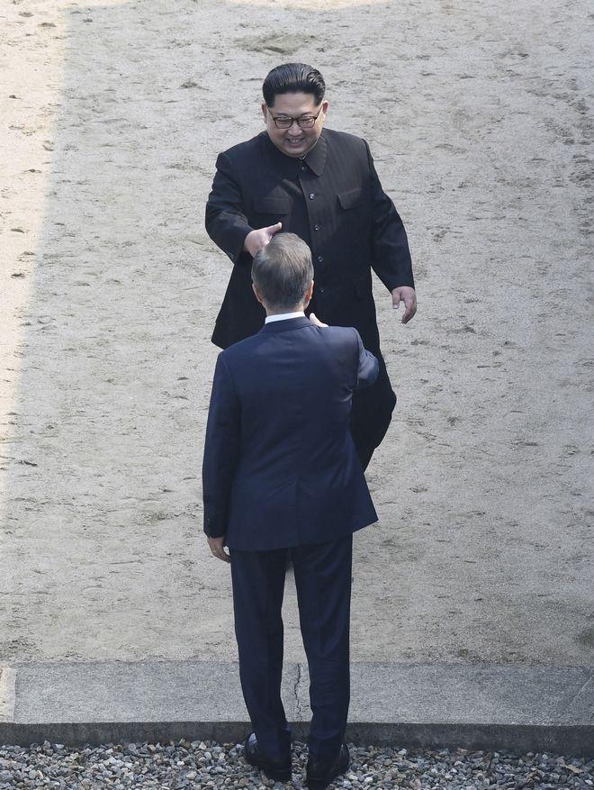 Οι ηγέτες Βόρειας και Νότιας Κορέας ανταλλάσσουν χειραψία επάνω στην στρατιωτική οροθετική γραμμή