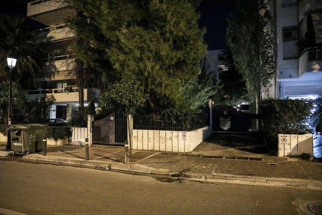 Η είσοδος της πολυκατοικίας όπου βρίσκεται το διαμέρισμα στον Χολαργό