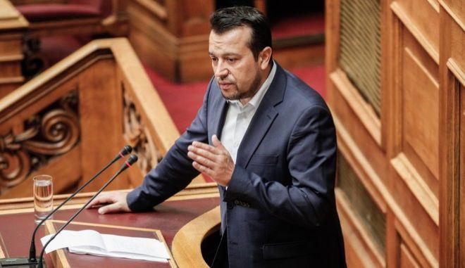 Ο Νίκος Παπάς στο βήμα της Βουλής