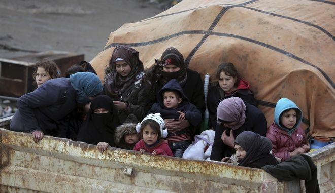 Σύροι πρόσφυγες εγκαταλείπουν την επαρχία Ιντλίπ κοντά στη μεθόριο με την Τουρκία