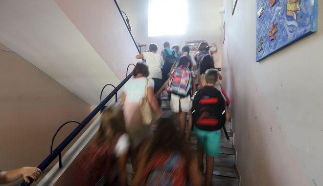 Αλεξανδρούπολη: Δάσκαλος κράτησε 'ομήρους' μαθητές - Αναποδογύριζε θρανία και έβριζε