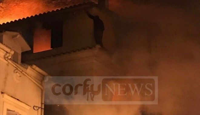 Φωτιά στην Κέρκυρα: Διάσωση άνδρα που κρεμόταν από τα κεραμίδια