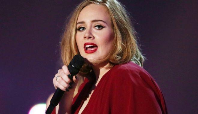 "Adele: ""Ο ρατσισμός υπάρχει παντού. Να είστε θυμωμένοι, αλλά να εστιάζετε!"""