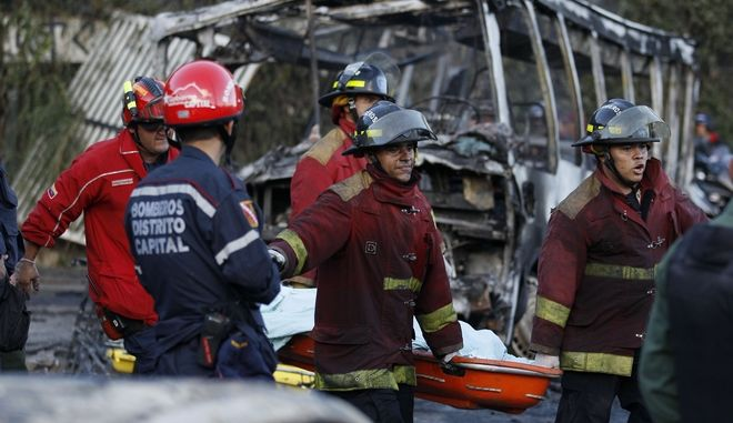 Πυροσβέστες στο Καράκας της Βενεζουέλας