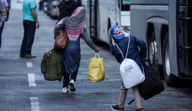 Πρόσφυγες και μετανάστες στο λιμάνι του Πειραιά.
