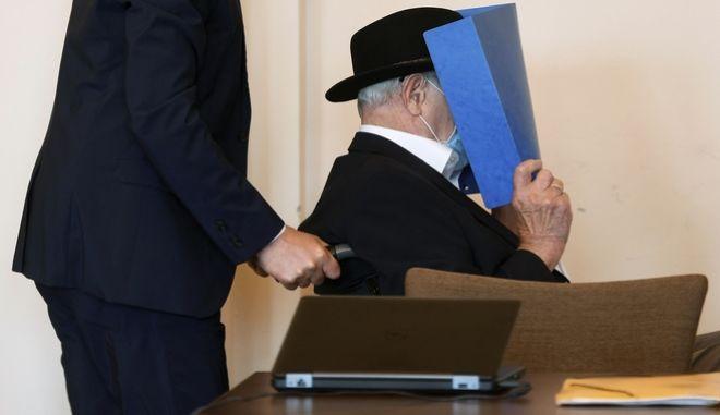 Ο 93χρονος Μπρούνο Ντ. στο δικαστήριο. Καταδικάστηκε για συμμετοχή στη δολοφονία χιλιάδων Εβραίνω σε στρατόπεδο συγκέντρωσης