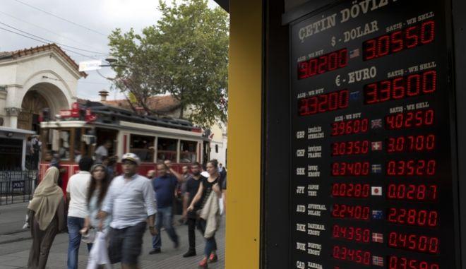Η ισοτιμία της τουρκικής λίρας στη διεθνή αγορά, σε πίνακα γραφείου συναλλάγματος στην Κωνσταντινούπολη