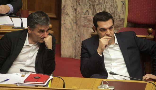 Ο πρωθυπουργός Αλέξης Τσίπρας και ο υπουργός Οικονομικών Ευκλείδης Τσακαλώτος στην συζήτηση για τον Προϋπολογισμό του 2016 στην Βουλή το Σάββατο 5 Δεκεμβρίου 2016. (EUROKINISSI/ΓΙΩΡΓΟΣ ΚΟΝΤΑΡΙΝΗΣ)