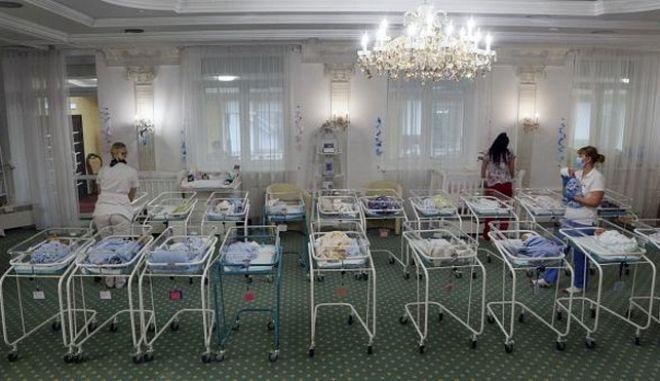 Ουκρανία: Το δράμα δεκάδων νεογέννητων χωρίς οικογένεια