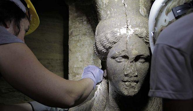 Το πρόσωπο της  δυτικής καρυάτιδας που σώζεται σχεδόν ακέραιο η μία από τις δύο εξαιρετικής τέχνης καρυάτιδες , από θασίτικο μάρμαρο  συμφυείς με πεσσό, διατομής 0,20Χ0,60 μ. αποκαλύφθηκαν με την αφαίρεση των αμμωδών χωμάτων, στο χώρο μπροστά από τον δεύτερο διαφραγματικό τοίχο, κάτω από το μαρμάρινο επιστύλιο, ανάμεσα στις, επίσης, μαρμάρινες παραστάδες, κατά τις ανασκαφικές εργασίες που συνεχίζονται στον λόφο «Καστά», στην Αμφίπολη, από την  ΚΗ Εφορεία Προϊστορικών  και Κλασσικών Αρχαιοτήτων. (EUROKINISSI/ΥΠ. ΠΟΛΙΤΙΣΜΟΥ)
