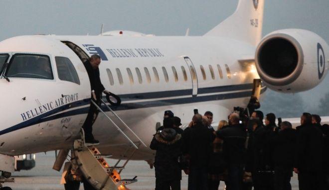Άφιξη του Έλληνα ΥΠΕΞ, Νίκου Κοτζιά στο αεροδρόμιο των Σκοπίων, στην πρώτη απευθείας πτήση από την Ελλάδα έπειτα από 12 χρόνια/ SOOC