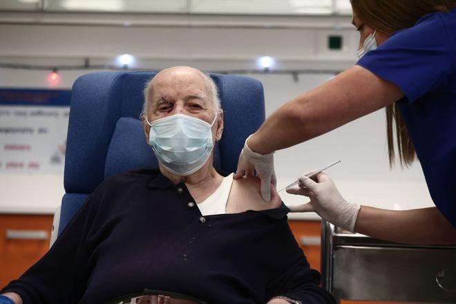 Εμβολιασμός του Μιχάλη Γιοβανίδη, φιλοξενούμενου σε Μονάδα Φροντίδας Ηλικιωμένων, στο Νοσοκομείο Ευαγγελισμός, την Κυριακή 27 Δεκμεβρίου 2020.
