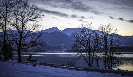 Δειλινό στην χιονισμένη λίμνη Πλαστήρα. (EUROKINISSI/ΕΥΡΙΠΙΔΗΣ ΠΑΠΟΥΤΣΗΣ)