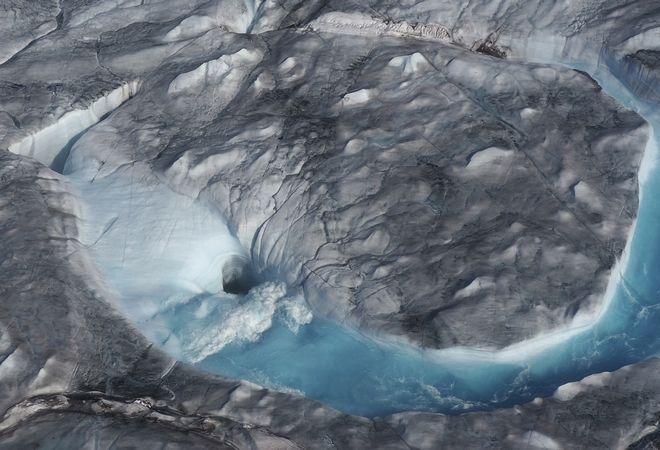 Τεράστια ποτάμια από νερό, λόγω των πάγων που λιώνουν στη Γροιλανδία.