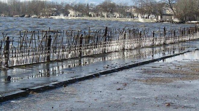 Η παραλίμνιος των Ιωαννίνων έγινε κρυστάλλινη από την κακοκαιρία