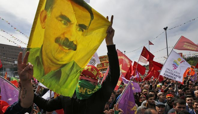 Κούρδοι διαδηλωτές με τη σημαία του Οτσαλάν