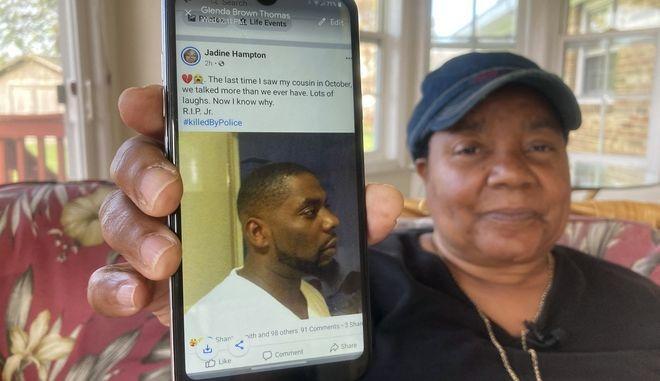 H Glenda Brown Thomas δείχνει στο κινητό της τη φωτογραφία Andrew Brown Jr. που σκοτώθηκε από πυρά αστυνομικών