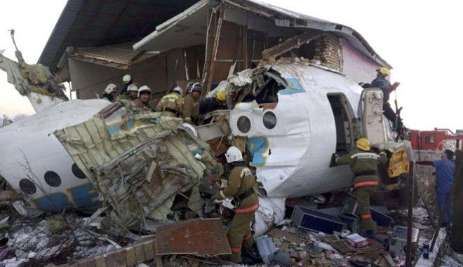 Αεροσκάφος με 100 επιβαίνοντες συνετρίβη σε κτίριο