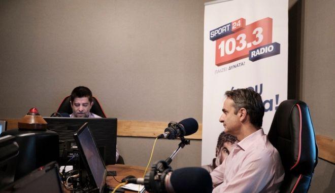 O Κυριάκος Μητσοτάκης με το διευθυντή του Sport24 Radio 103,3 Παντελή Διαμαντόπουλο