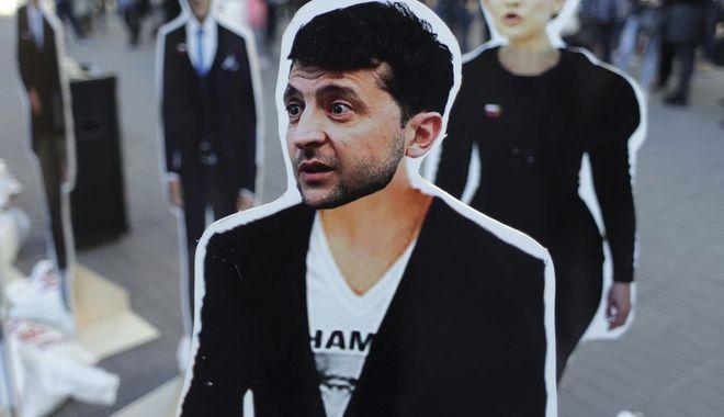 Το πρόσωπο του κωμικού Βολοντιμίρ Ζελένσκι πάνω σε πλακάτ