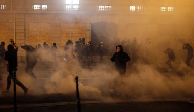Στιγμιότυπο από τα επεισόδια στο Παρίσι