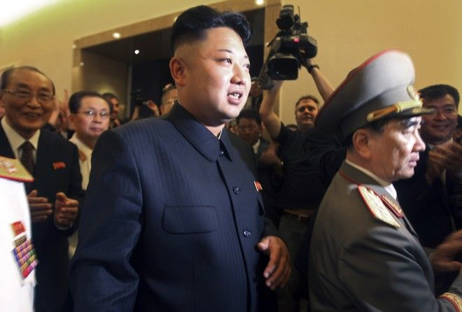 O Kim Jong Un, με το θείο του Jang Song Thaek -δεύτερο από αριστερά-, τον οποίον απομάκρυνε για