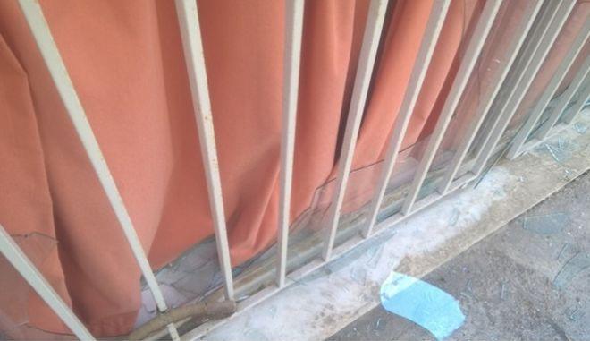 Σπασμένα τζάμια στα γραφεία του ΣΥΡΙΖΑ στο Γαλάτσι