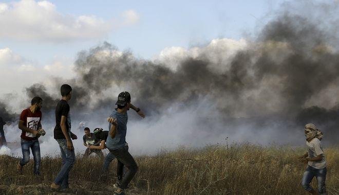 Παλαιστίνιοι διαδηλωτές σε επεισόδια με άνδρες του ισραηλινού στρατού