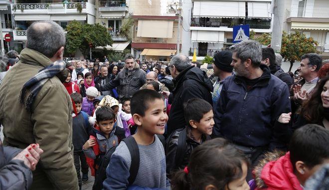 Υποδοχή προσφυγόπουλων στο 15ο Δημοτικό Σχολείο της Νίκαιας την Τρίτη 31 Ιανουαρίου 2017. Τα συνολικά 27 προσφυγόπουλα που θα φοιτήσουν στο σχολείο υποδέχθηκαν με χειροκροτήματα, γονείς παιδιών που φοιτούν ήδη στο Δημοτικό, συλλογικότητες αλλά και τοπικοί φορείς. (EUROKINISSI/ΣΤΕΛΙΟΣ ΜΙΣΙΝΑΣ)