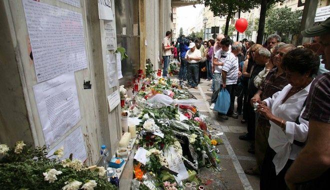 Χιλιάδες Αθηναίοι άφησαν λουλούδια και σημειώματα στο σημείο όπου σκοτώθηκαν οι τρεις εργαζόμενοι