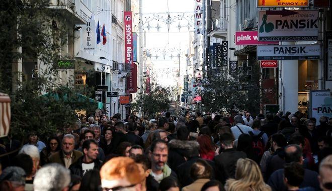 Αυξημένη η κίνηση στην Χριστουγεννιάτικη αγορά της Ερμού παραμονή των Χριστουγέννων