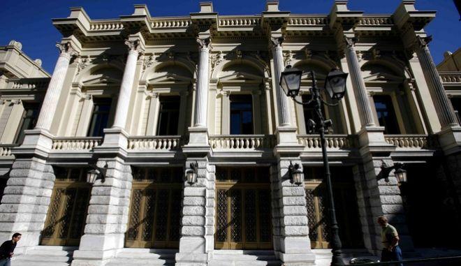 Το ανακαινισμένο κτίριο του Εθνικού Θεάτρου στο κέντρο της Αθήνας