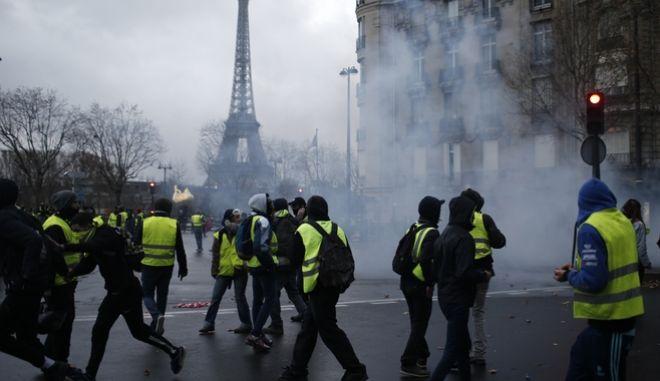 Διαδηλωτές με κίτρινα γιλέκα εν μέσω δακρυγόνων στο Παρίσι