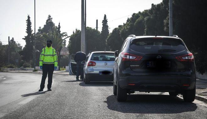 Έλεγχοι της αστυνομίας στην παραλιακή για άσκοπες μετακινήσεις