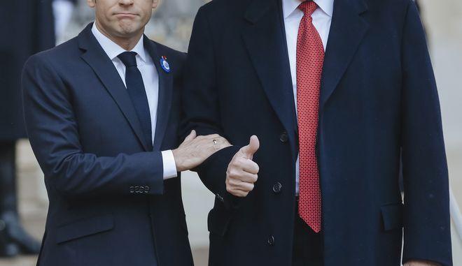 Ο γάλλος πρόεδρος Εμανουέλ Μακρόν αγκαζέ με τον Ντόναλντ Τραμπ