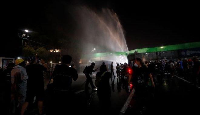 Η αστυνομία της Ταϊλάνδης χρησιμοποιεί κανόνια νερού για να σταματήσει τους διαδηλωτές
