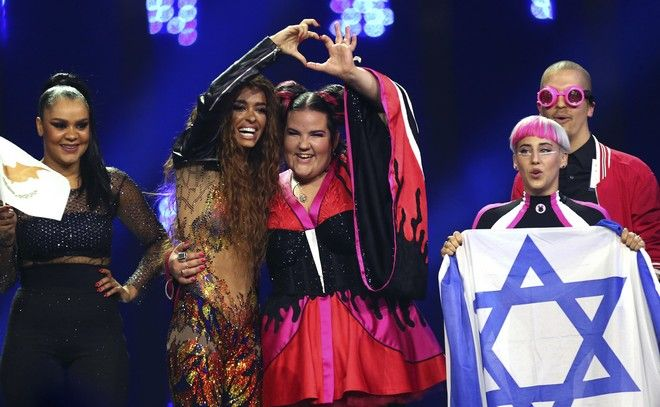 H Φουρέιρα μαζί με τη Netta, από το Ισραήλ (AP Photo/Armando Franca)