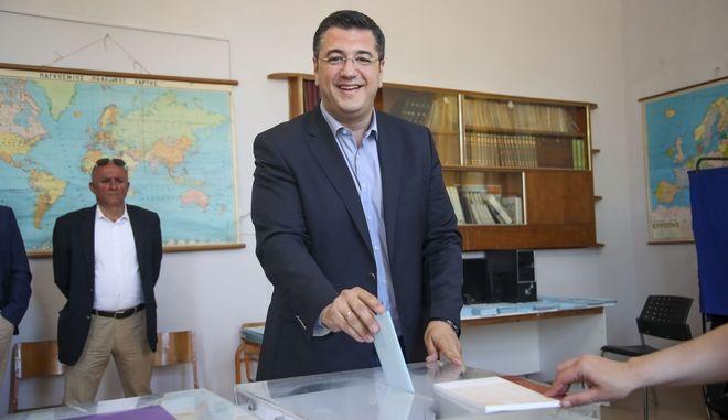 Ο υποψήφιος Περιφερειάρχης Κεντρικής Μακεδονίας Απόστολος Τζιτζικώστας τη στιγμή που ψηφίζει