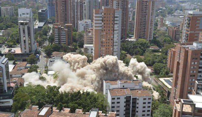 Στιγμιότυπο από την ανατίναξη του εξαώροφου κτιρίου-οχυρού του βαρόνου των ναρκωτικών Πάμπλο Εσκομπάρτ στο Μεντεγίν της Κολομβίας