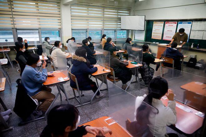 Οι μαθητές περιμένουν την έναρξη των ετήσιων εξετάσεων εισόδου στο πανεπιστήμιο εν μέσω πανδημίας σε αίθουσα εξετάσεων στη Σεούλ, Νότια Κορέα, 3 Δεκεμβρίου 2020.