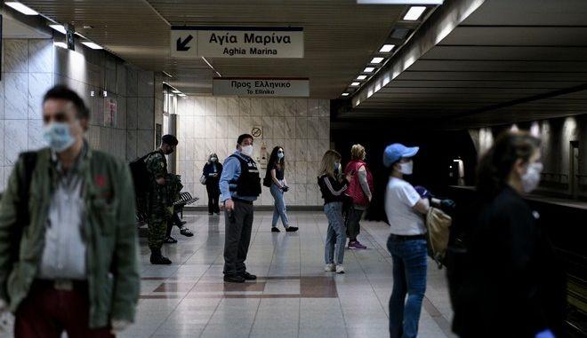 Μέτρα ασφαλείας στα Μέσα Μαζικής Μεταφοράς. Στάση μετρό στην πλατεία Συντάγματος. (EUROKINISSI/ΜΠΟΛΑΡΗ ΤΑΤΙΑΝΑ )